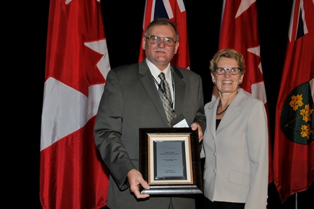 Photo of Doug Thompson and Premier Kathleen Wynne